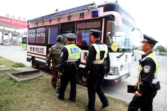 公安民警进入移动警务室执勤