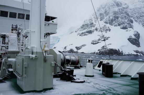 △他们在南极遇到的天气,好坏参半。