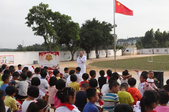 活动现场,国税局还邀请了湛江中心人民病院康健体检中心的医生为全校师生开展康健讲座,让同窗们了解到吸入二手烟的危害、排毒方法和怎样保护好视力。