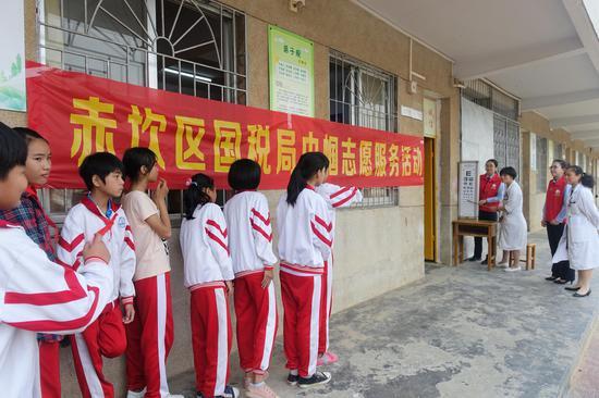 湛江中间人民医院康健体检中央的医生为弟子做目力测试