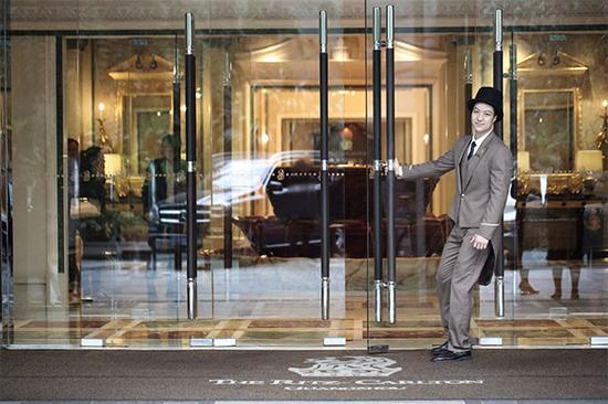 丽思卡尔顿酒店的绅士淑女提供温馨服务