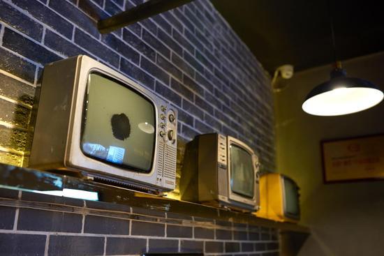 店内陈列着黑白电视机