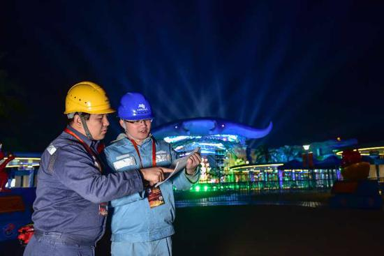 从春晚节目彩排开始,南方电网广东珠海供电局工作人员就一直驻守现场保电。朱甸 摄