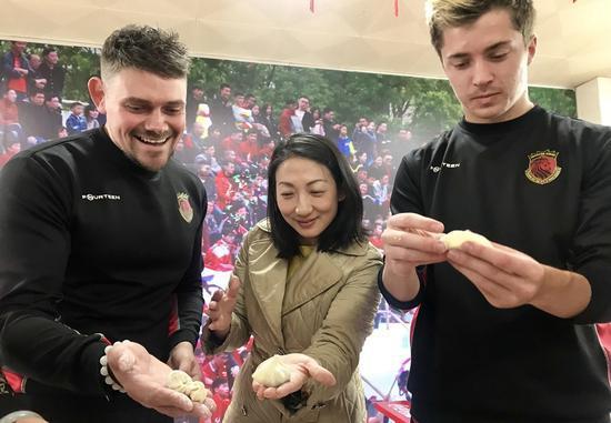 对外籍球员来说,包饺子过新年是一次特别的经历。