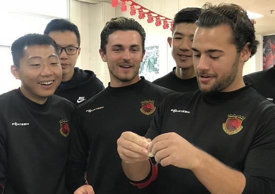 外籍球员学包饺子。
