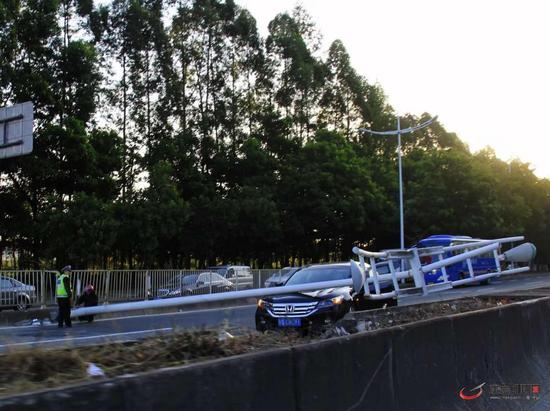 环城路南城往万江方向一电灯柱倒下,造成现场大塞车,目前交警正在处理 网友供图