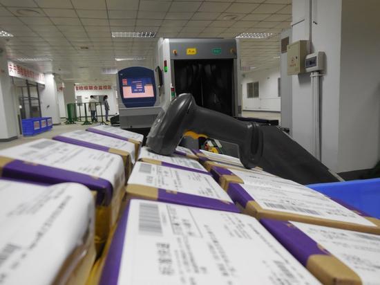 图为汕头首批跨境电子商务货物通关现场。