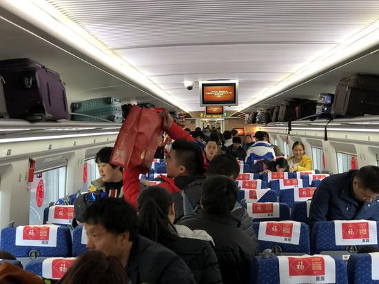 2018幸福列车乘客上车