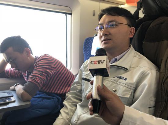 中央电视台记者采访幸福列车乘客