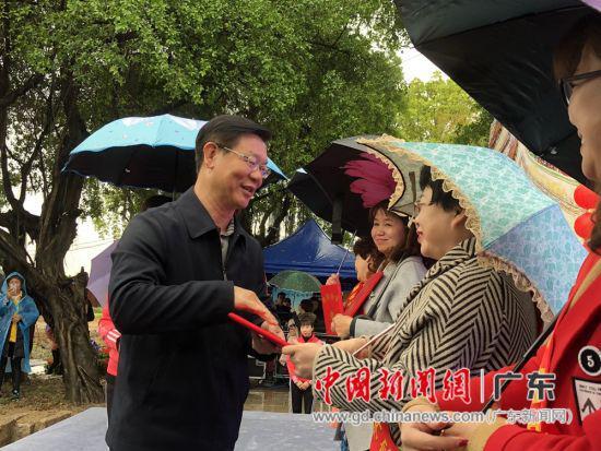 吴启煌与文明家庭代表激情交谈。