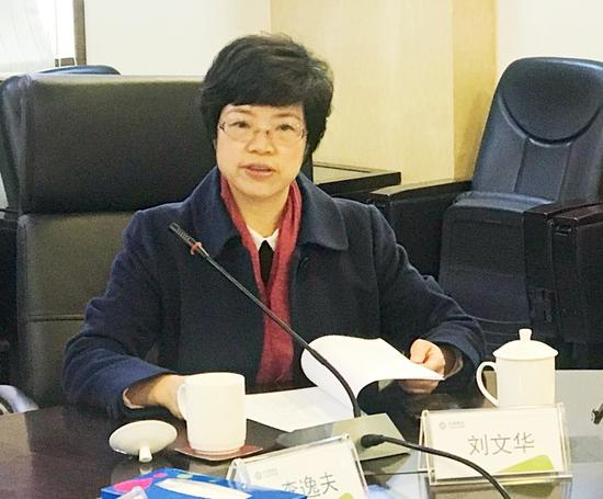 汕头市商务局局长刘文华在会上发言。