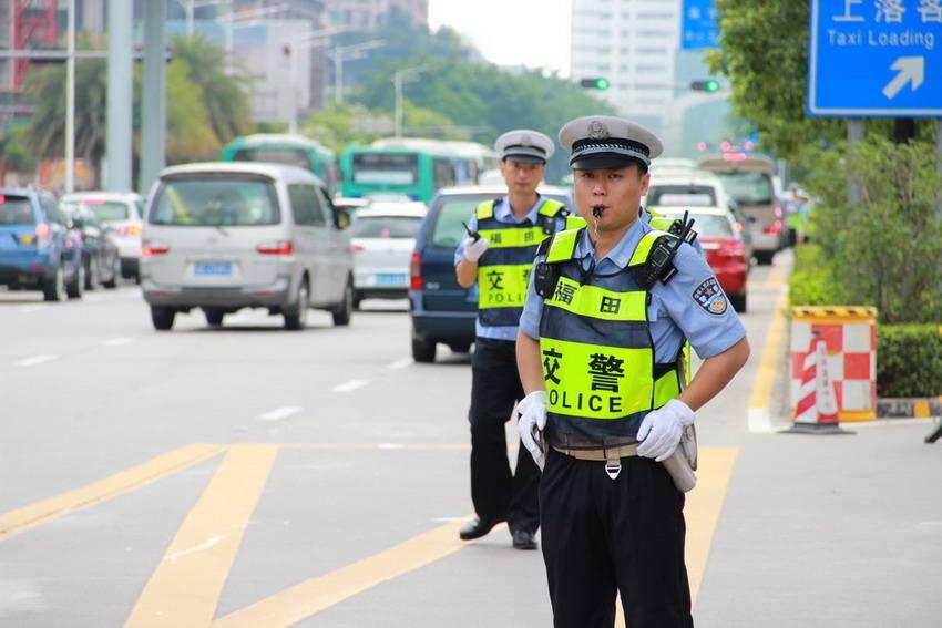 深圳交警出动千余警力整治交通秩序