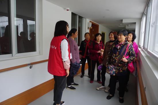 老人们参观雅安中扶养老服务中心