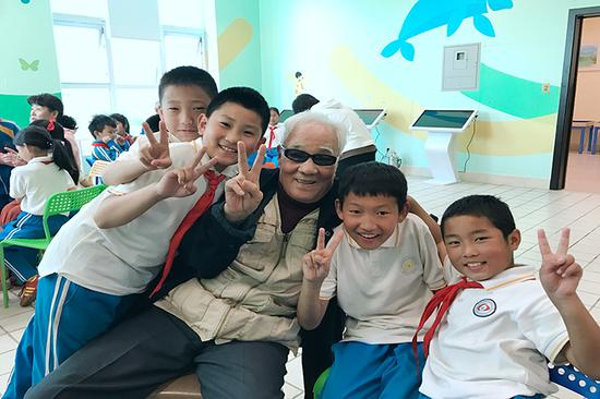 孩子们和老人度过了一段美好时光