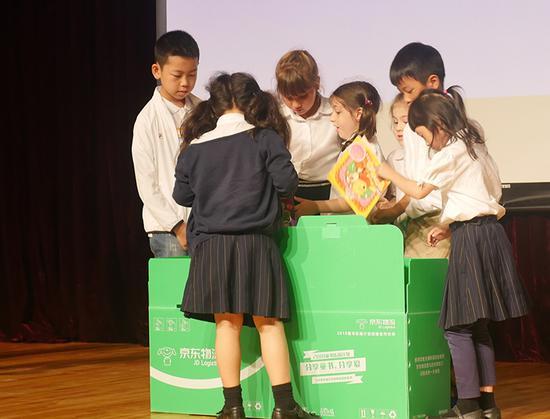 李相龙与爱莎国际学校孩子共同捐赠童书