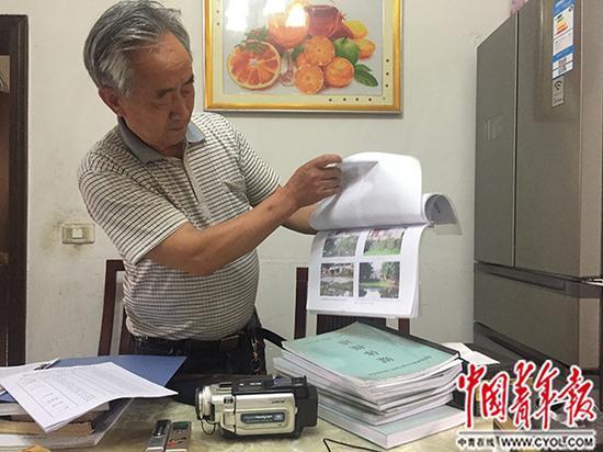 骆礼全展示他20年的环保维权资料。中国青年报·中青在线记者 王景烁/摄