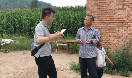 华中科技大学校媒记者王楠采访安泽县东唐村村民。内蒙古师范大学陈宇飞/摄