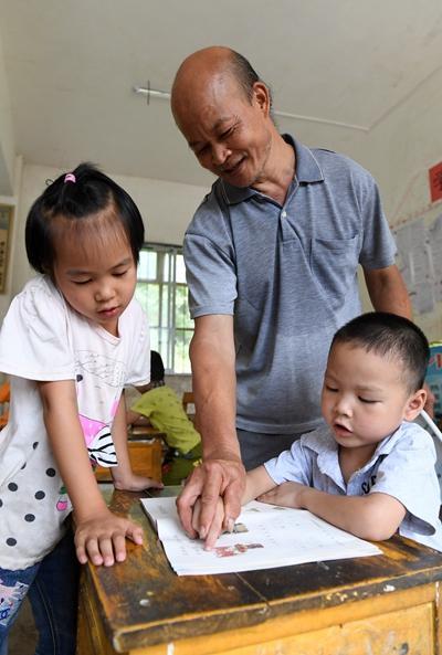 黄若珍在给学生做辅导新华社记者陆波岸/摄
