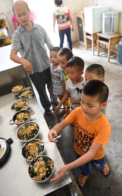学生们在领取营养午餐新华社记者陆波岸/摄