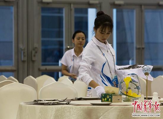 在新闻中心自助餐厅服务的志愿者。中国青年报·中青在线记者郑萍萍/摄