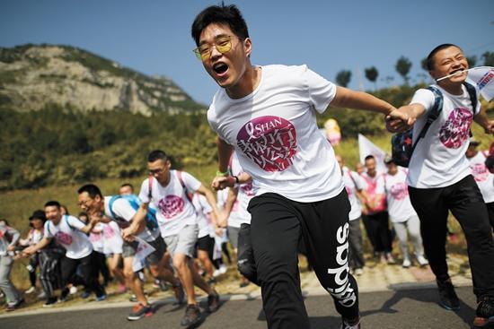 山西太原 300余名志愿者以徒步的方式筹募善款