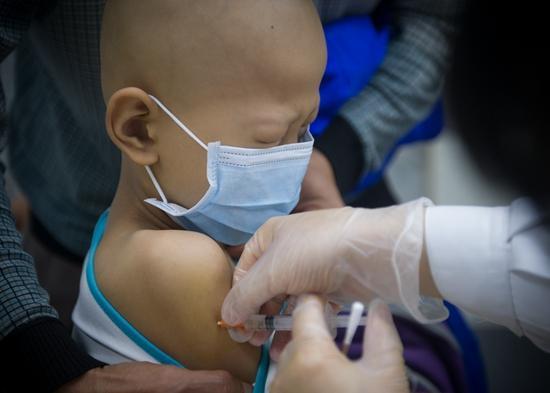 2017年4月20日,广州,患癌症的小朋友在打针。(资料图片)视觉中国供图