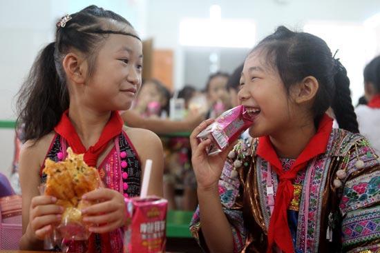 9月5日,在广西融水苗族自治县第三小学,苗族学生在吃免费营养早餐。视觉中国供图