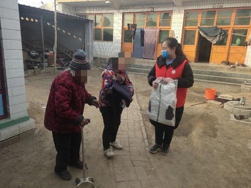 石家庄德正社会任务办事中间在春节前给坚苦家庭的孩子送棉衣棉被