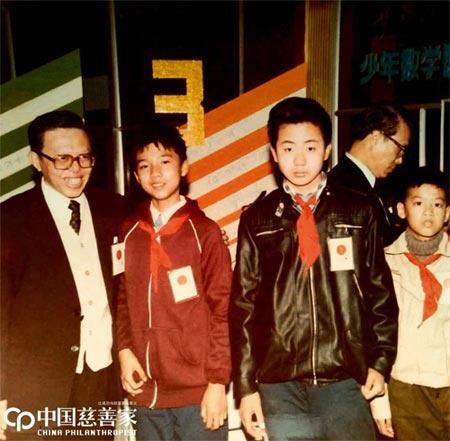 """11岁时,邵亦波(左二)在有150万人参赛的首届全国""""华罗庚金杯""""少年数学竞赛中获金?#24179;保?#20840;国第三名)"""