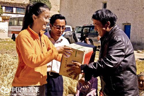 2007年,北京苹果慈善基金会为阿里捐赠药品,王秋杨亲手将药品送到藏民手中。