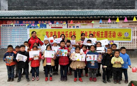 茘波县威岩村孩子们开心的绘出新年愿望