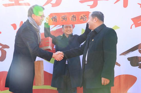 中国三星总裁黄得圭向南峪村赠送春联,南峪村合作社理事长段春亭代表南峪村民回赠特产