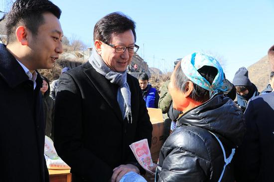 南峪村民领到分红后向中国三星表达喜悦之情
