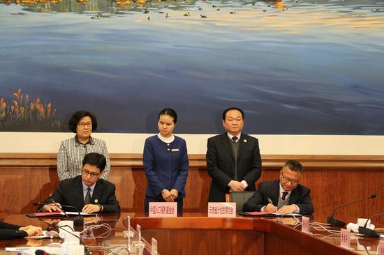 中国人口福利基金会与云南省计划生育协会签约