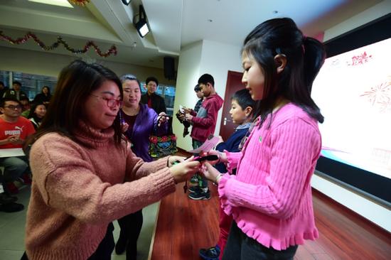 隆林项目区工作人员唐依慧为幸运月捐人送上礼物