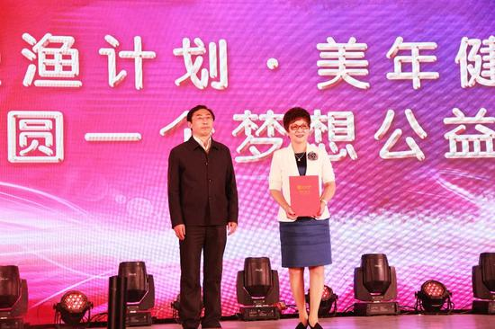 """授渔计划副秘书长徐宏(左一)为""""感动人物家庭代表""""颁发荣誉证书"""