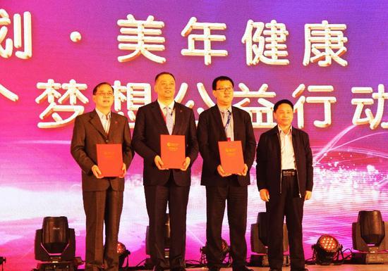 """授渔计划秘书长高继辉为""""爱心企业""""代表颁发荣誉证书"""