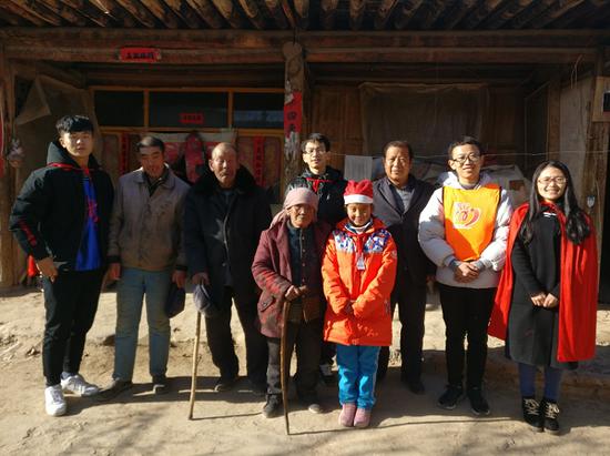 志愿者们和受访家庭合影