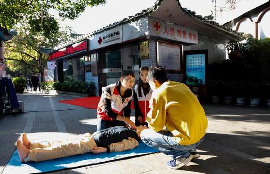 红十字志愿服务队现场开展应急救援演练。摄影:付春来