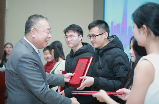 一汽丰田汽车销售有限公司副总经理刘振国为学子颁发筑梦证书,助力学子追梦之旅