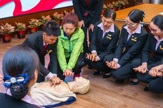 省红十字会应急救护培训师资现场演示如何进行心肺复苏