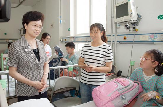 宋秀岩在北京儿童医院看望慰问来京治疗的甘肃省西和县患儿