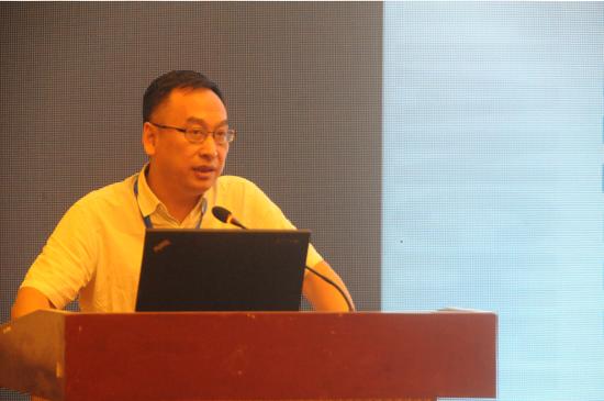 国家环境保护工业烟气控制工程技术中心主任冯斌,介绍钢铁行业烟气超低排放和资源化协同技术