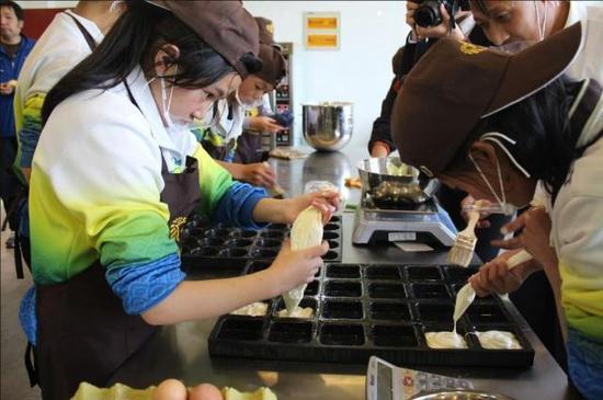 定西市安定区特教学校的烘焙坊,孩子们正在上烘焙课程