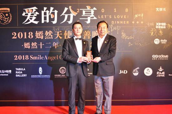 中华思源工程扶贫基金会副理事长兼秘书长李晓林与嫣然天使儿童医院理事长李亚鹏。