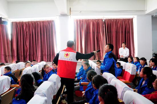 救护培训演练过程中学生踊跃发言。