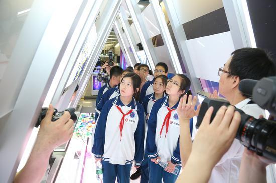 """学生在启动仪式现场的""""隧道""""内了解地铁知识,感受3D全息投影带来的科技感"""