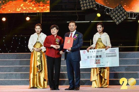 中国社会福利基金会秘书长缪瑞兰代表福基会接受捐赠