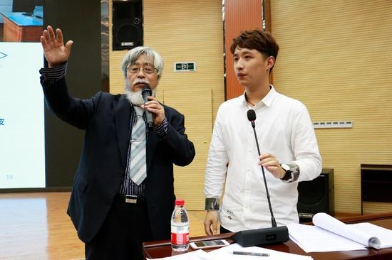 日本兵库教育大学教授富永良喜(左)现场分享日本灾区学校心理健康教育