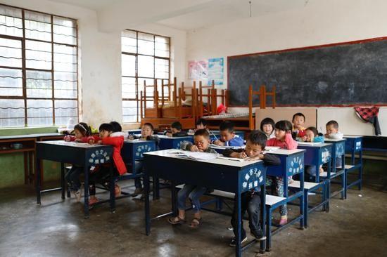 东山镇火石盆村完小学生教室